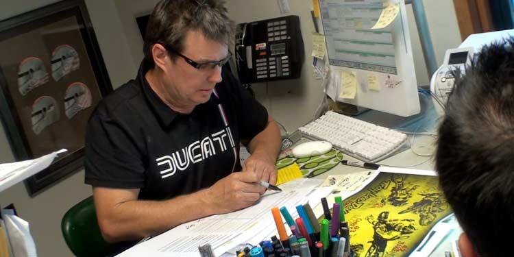 Au bureau, Troy Lee en phase de création !